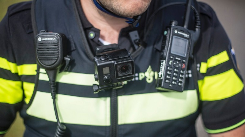 agent-met-vest-en-portofoon