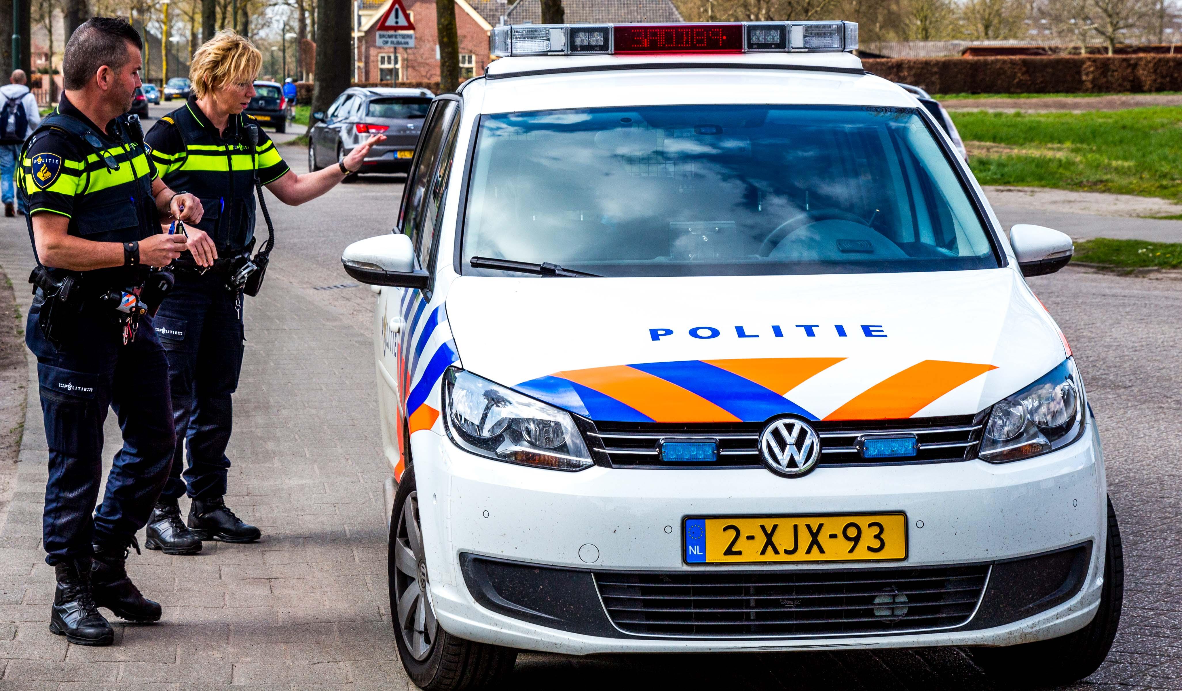 Agenten bij politieauto