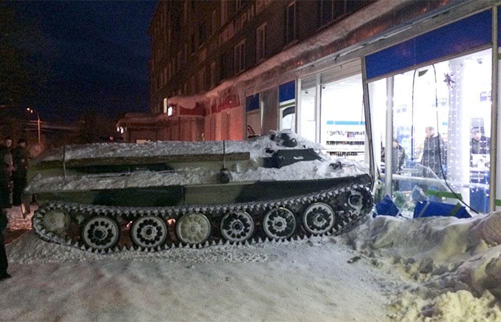 Tank rijdt winkel binnen
