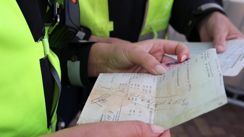 agent controleert autopapieren