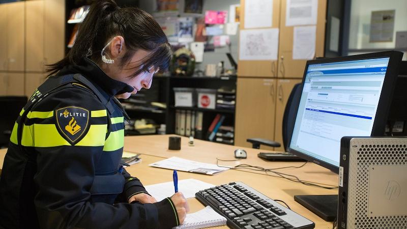 agente werkt achter computer