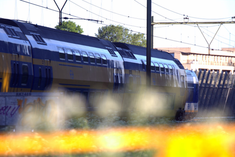 Trein voorbij spoorovergang