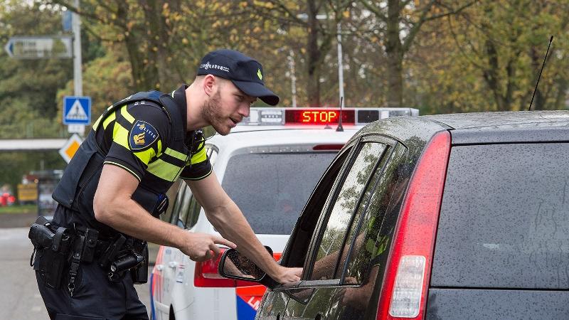 agent-spreekt-automobilist-bij-verkeerscontrole