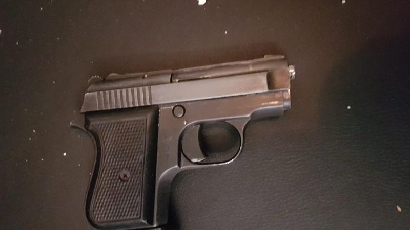 Het wapen dat onder het matras van de verdachte werd gevonden.