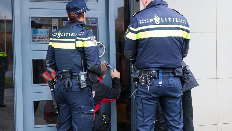politie-probeert-toegang-te-krijgen-tot-woning
