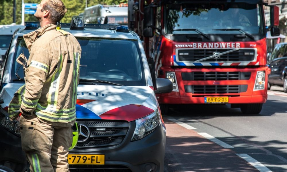 Busje vliegt in brand na ongeval: 1 dode.