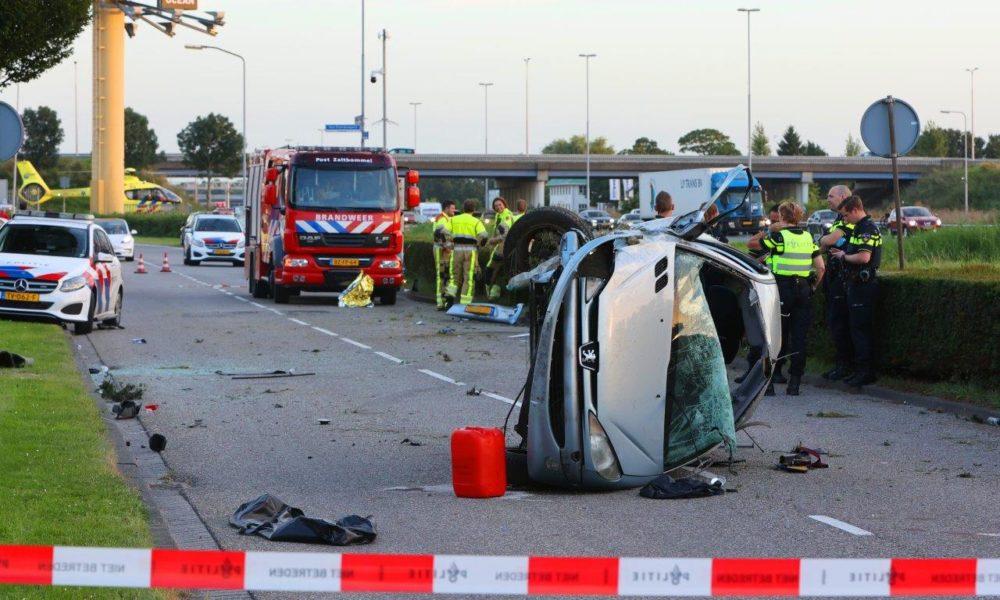Twee zwaargewonden bij ongeval op A2, auto belandt naast snelweg.