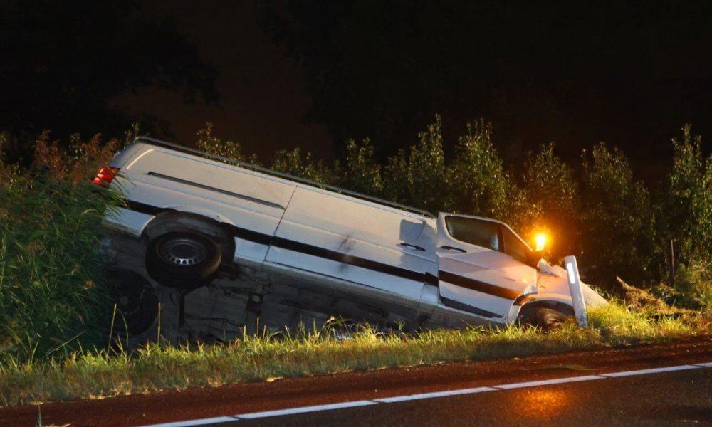 Man komt om het leven bij auto-ongeluk in buitengebied.